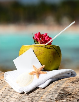 Karaibska rajska plaża z koktajlem kokosowym