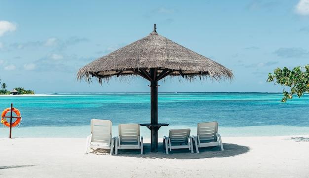 Karaibska rajska plaża z parasolem i hamakami