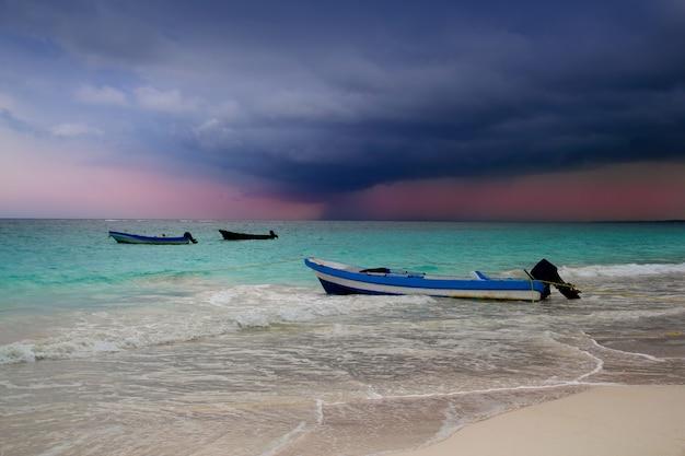 Karaiby przed tropikalnej burzy huraganem plażowa łódź