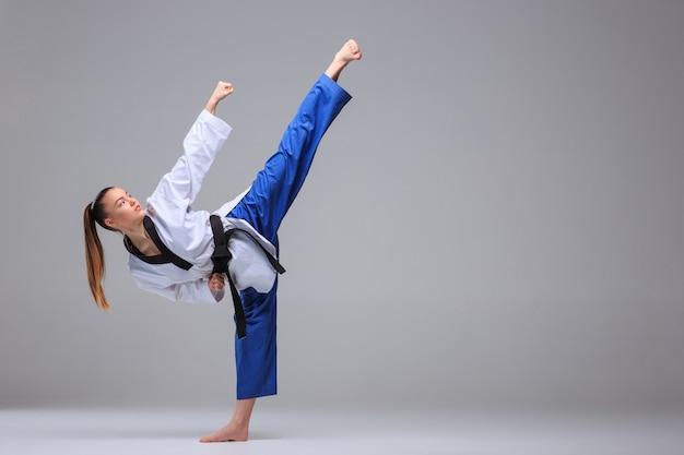 Karate dziewczyna z czarnym pasem