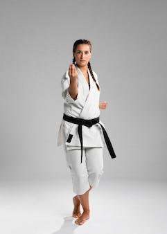 Karate kobieta w akci odizolowywającej w białym tle
