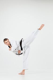 Karate mężczyzna z czarnym pasem