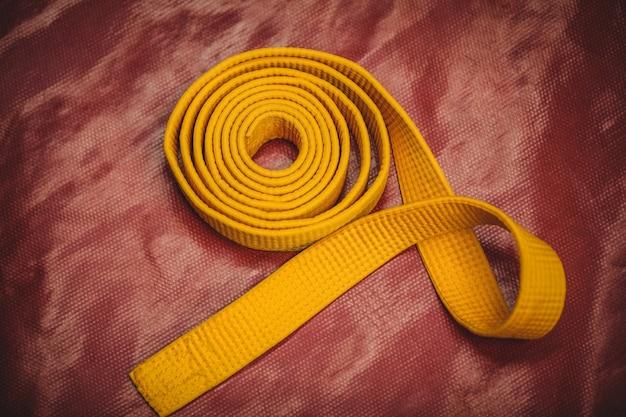 Karate żółty pasek na czerwonym tle