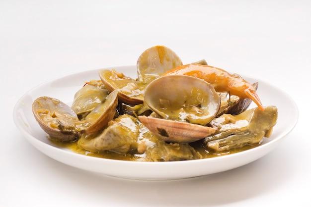 Karczochy z małżami i krewetkami typowe tradycyjne hiszpańskie jedzenie na boże narodzenie i nowy rok