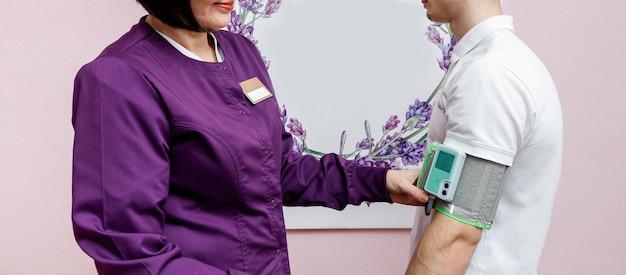 Kardiolog sprawdza ciśnienie krwi u pacjenta