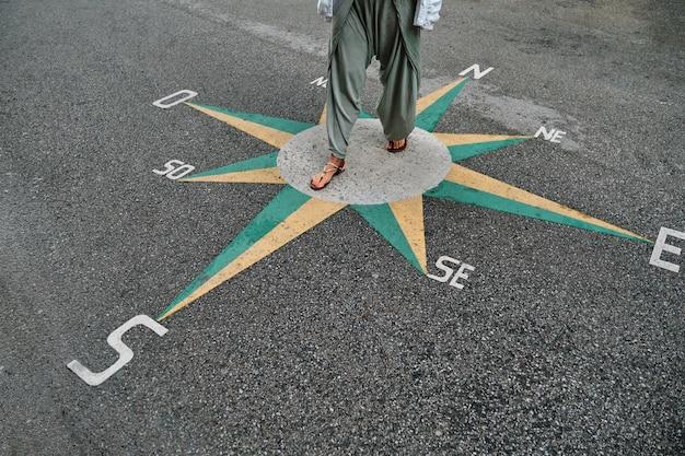 Kardynał wskazuje na asfalt i nierozpoznawalną kobietę