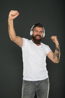 Kariera dj-a producent dźwięku aplikacja do słuchania fan muzyki lifestyle człowiek słuchający muzyki
