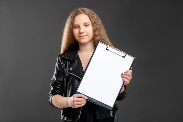 Kariera młodzieżowa. projekt startowy. ambitna dziewczyna pokazująca czysty papier do umowy w schowku