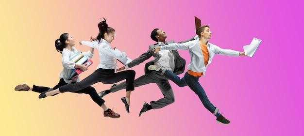 Kariera zawodowa. szczęśliwi pracownicy biurowi skaczą i tańczą w zwykłych ubraniach lub garniturze na tle gradientowego płynu neonowego. biznes, start-up, praca w otwartej przestrzeni, ruch, koncepcja działania. kreatywny kolaż.