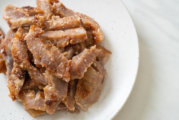 Karkówka z grilla lub karkówka gotowana na węglu drzewnym z tajskim pikantnym sosem do dipowania
