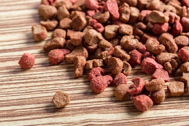 Karma dla zwierząt domowych na drewnianej podłodze