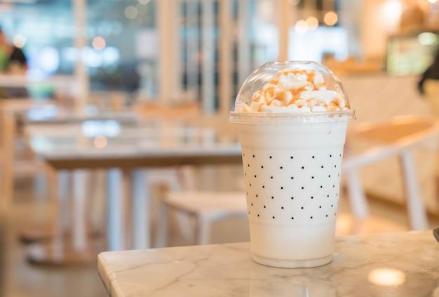 Karmel milkshake na stole