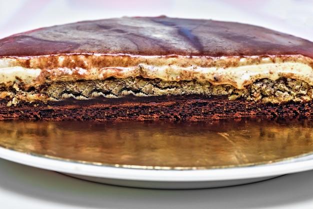 Karmelowy kremowy tort z orzechami i czekoladowymi warstwami