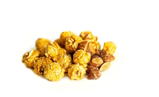 Karmelowy popcorn migdałowo-orzechowy na izolowanej powierzchni