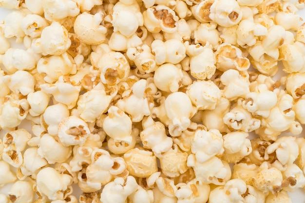 Karmelowy popcorn na białym tle