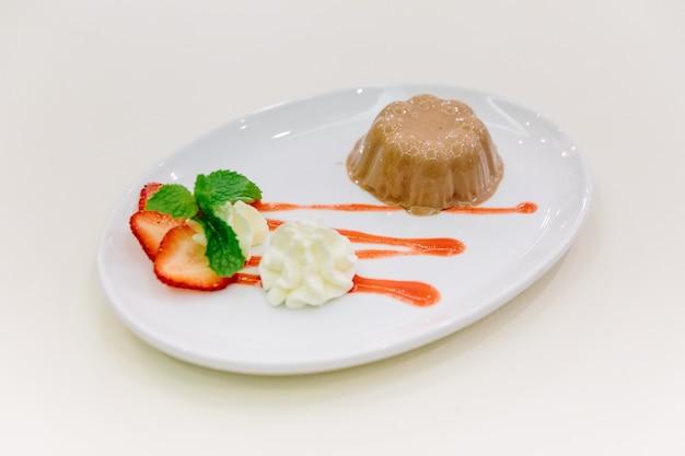 Karmelowy pudding serwowany w sosie ze słomy.