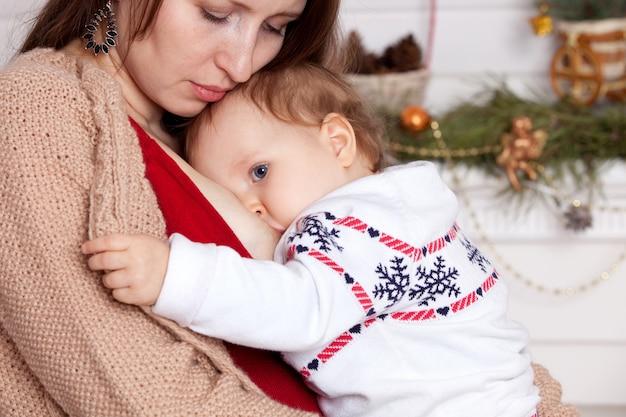 Karmienie piersią mama karmi dziecko.