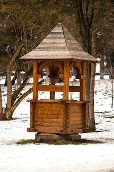 Karmnik dla zwierząt w lesie. śnieżna zima.
