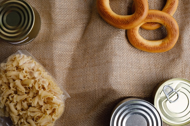 Karmowe darowizny w pudełku w kuchennym tle, kopii przestrzeń