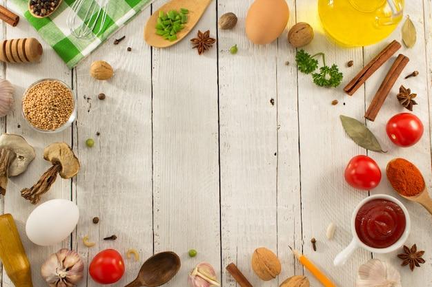 Karmowi składniki i pikantność na białym tle