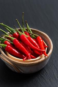 Karmowy pojęcie tajlandzki czerwony chili, cayenne pieprz na bambusowej tacy z kopii przestrzenią