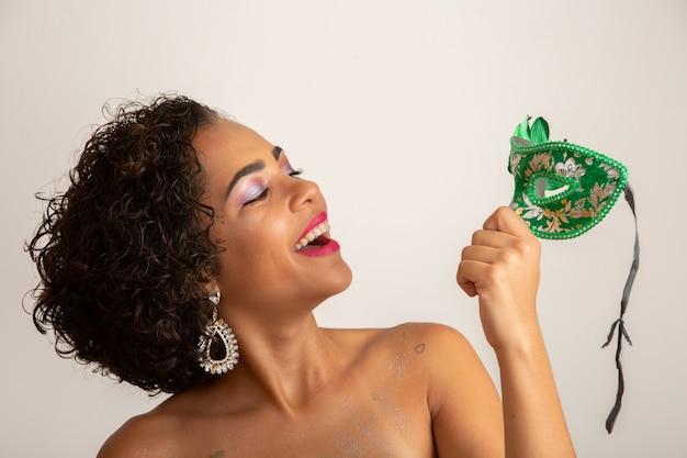 Karnawał brazylijski. młoda kobieta w kostiumu cieszy się karnawałowego przyjęcia.