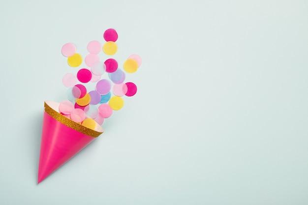 Karnawałowa czapka z kolorowym papierowym konfetti. kartka urodzinowa, karnawałowa lub rocznicowa