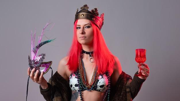 Karnawałowa królowa młoda kobieta o jasnoróżowych włosach w kostiumie mardi gras