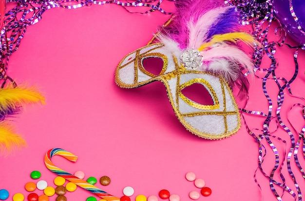 Karnawałowa maska na różowym tle z karnawałem mardi gras, brazylijskim, weneckim z miejsca na kopię
