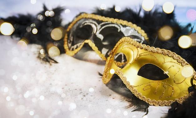 Karnawałowa maska z błyszczącym tłem