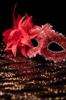 Karnawałowa maska z brokatem i piórami
