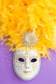 Karnawałowa maska z brokatem i piórkami