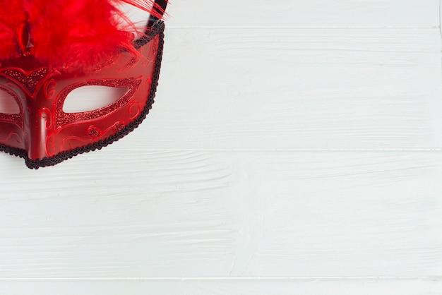 Karnawałowa maska z czerwonymi piórkami