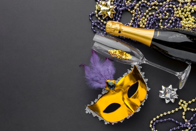 Karnawałowa maska z szampanem i biżuterią