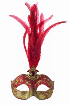 Karnawałowa maskarada w wenecji z czerwonymi piórami i rubinem na białym tle