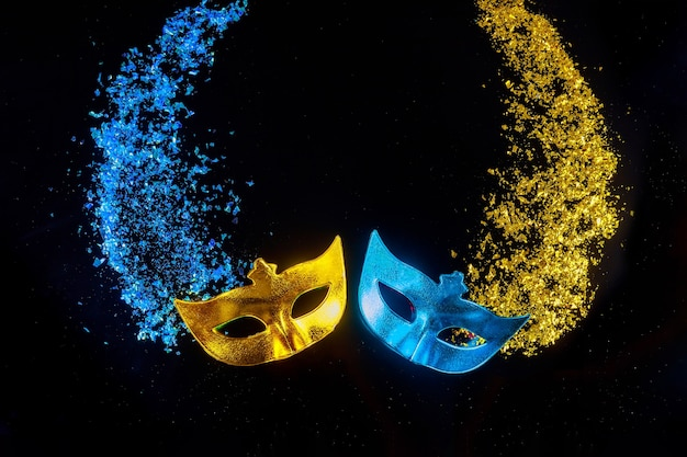Karnawałowe maski na czarnym tle. święto żydowskie purim.