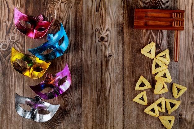 Karnawałowe maski na drewnianym tle z hałaśliwym. święto żydowskie purim.