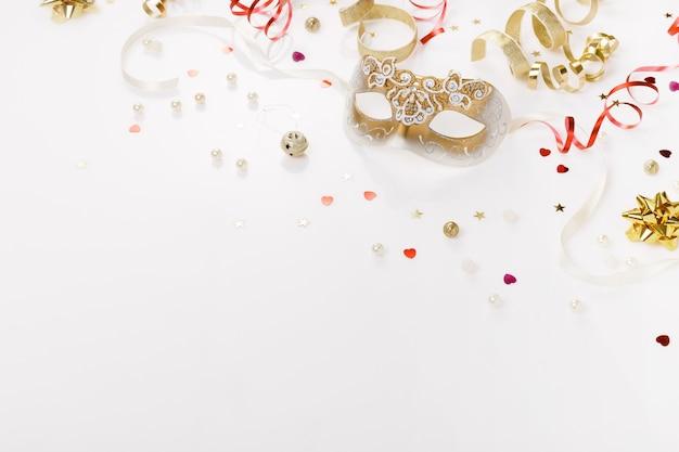 Karnawałowe maski weneckie serpentyny konfetti na białym tle party festiwal karnawał koncepcja widok z góry