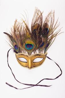 Karnawałowe maski weneckie z pawich piór na białym tle nad białym