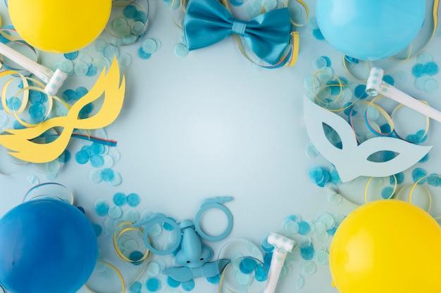Karnawałowe słodkie maski i balony kopiują przestrzeń
