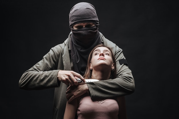 Karny zagrażająca dziewczyna z nożem