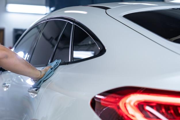 Karoseria ręcznie polerowana w myjni samochodowej