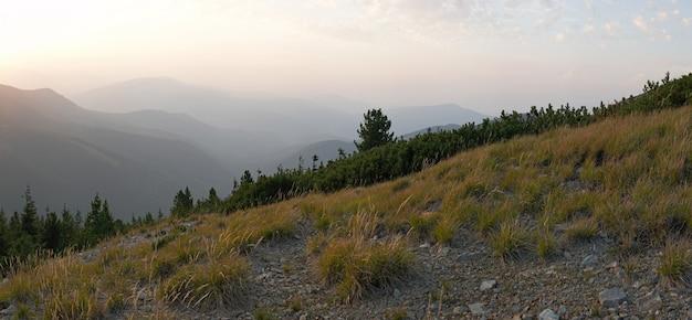 Karpaty (ukraina) zachód słońca krajobraz. osiemnaście zdjęć złożonego obrazu.
