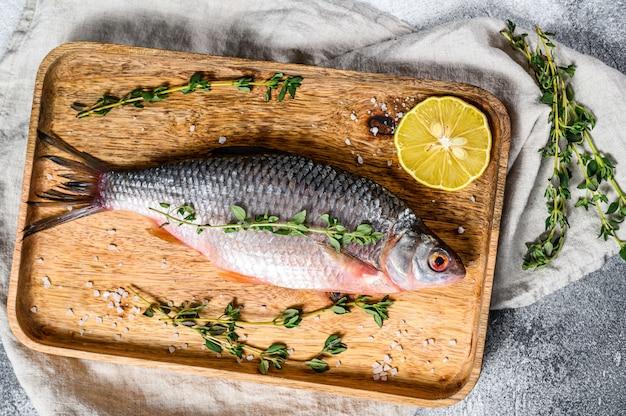 Karpiowy na drewnianej tacy. ryby ekologiczne rzeczne. widok z góry