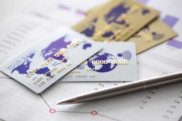 Karta bankowa jest na wykresie ze statystyką finansową
