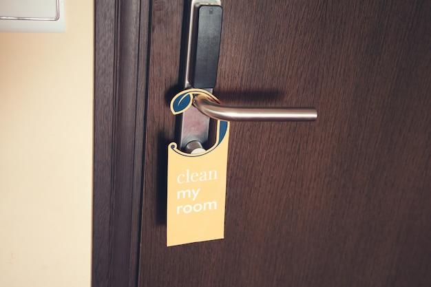 Karta czystego pokoju w pokoju hotelowym