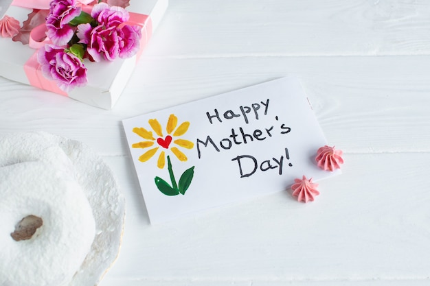 Karta dnia matki białe tło. dzień szczęśliwy matki tekst.