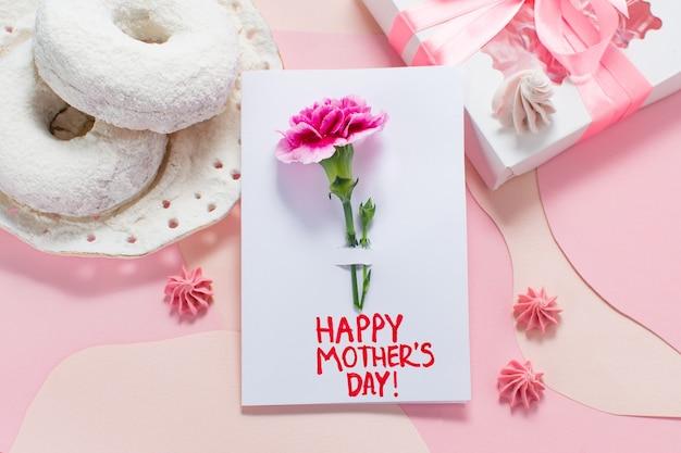 Karta dnia matki na minimalnym różowym tle. dzień szczęśliwy matki tekst.