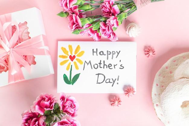 Karta dnia matki na różowym tle. dzień szczęśliwy matki tekst.