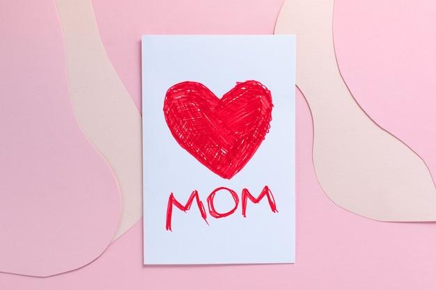 Karta dnia matki nowoczesna na minimalnym tle warstwowego papieru w łososiowych kolorach. tekst love mom.